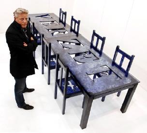 Jan Fabre bij zijn creatie Tafel voor de Ridders van de Wanhoop (VERZET). Foto: Geert Vanden Wijngaert.