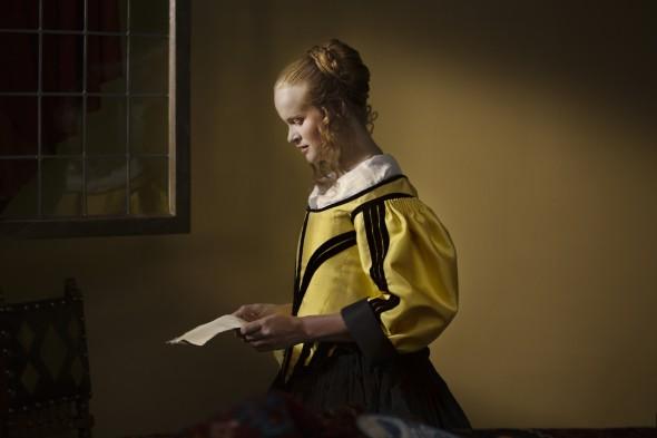 Still uit video-installatie Girl Reading Letter at an Open Window van Menno Otten.