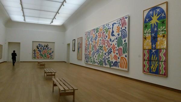 Zaaloverzicht, met rechts in het midden La perruche et la sirène, uit 1952-1953. Foto: Suzanne Sanders.