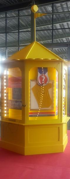 Kiosk met gele truien. Foto: Evert-Jan Pol.