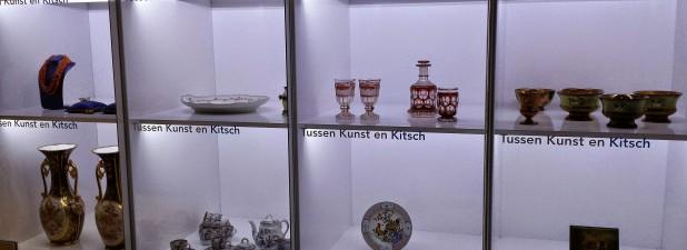 Een vitrine met kitsch. Foto: Evert-Jan Pol.