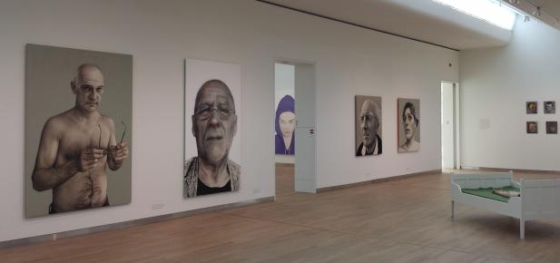 Zaaloverzicht, met links portretten van Annemarie Busschers en in het midden een portret van Katinka Lampe. Foto: Evert-Jan Pol.