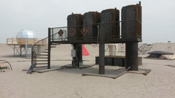 Tribal Toilet Tower van Atelier van Lieshout, met links Universe 7. Foto: Marjolein Vos.