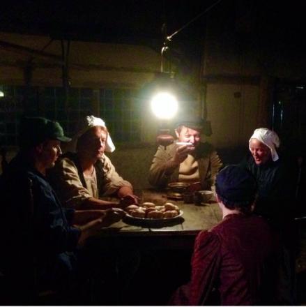 Aardappeleters aan tafel in het Nederlands Openluchtmuseum. Foto: Caroline Berkhof.