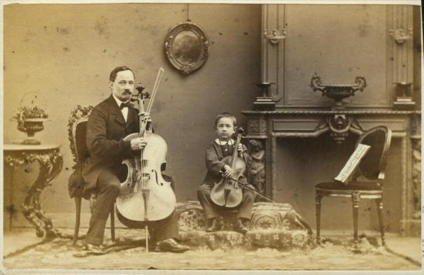 Maurits Verveer (1817-1903) , Portret van man met cello en jongen met viool in huisinterieur, 1860-1880, collectie Rijksprentenkabinet, Amsterdam.