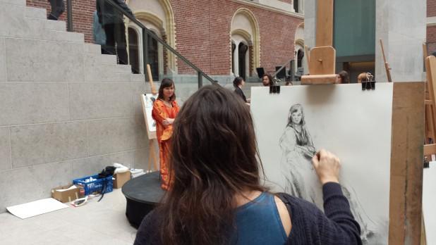 Een bezoeker tekent een model. Foto: Evert-Jan Pol.