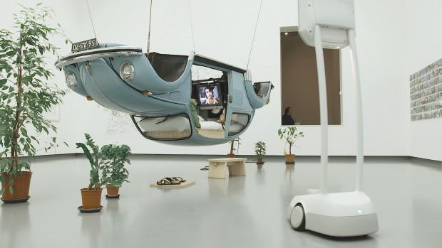 Robot bij kunstwerk  Naked Machine (Volkswagen Modern) van Surasi Kusolwong. Video still ©Mals Media.