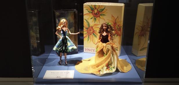 Barbiepoppen van Mattel, met Vincent van Gogh-kleding. Foto: Evert-Jan Pol.