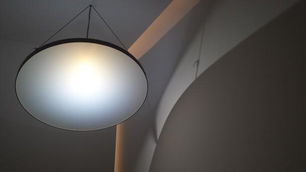 Blue sky lamp van Chris Kabel, nu te zien op de expositie Lekker Licht. Foto: Evert-Jan Pol.