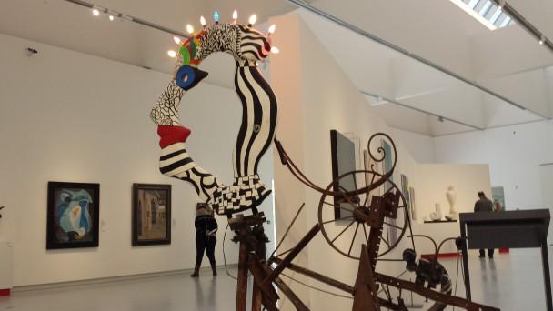 Zaaloverzicht in Het Noordbrabants Museum, met op de voorgrond L'illumination van Jean Tinguely (1925-1991) en Niki de Saint Phalle (1930-2002), Sammlung Würth.