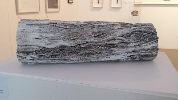 Log van Elke Lutgering, gemaakt van papier uit een TEFAF-catalogus. Te zien op Rotterdam Contemporary.