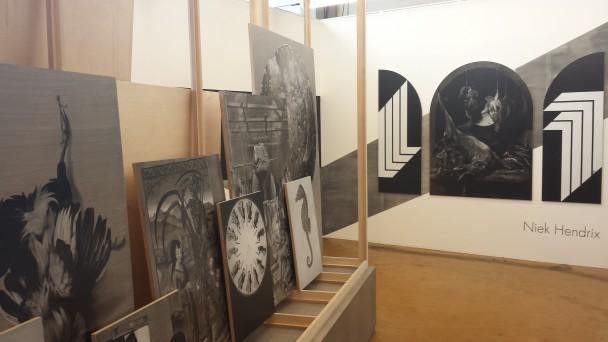 Omvangrijk project van Niek Hendrix. De stellage en schilderijen aan weerskanten vormen samen één werk.
