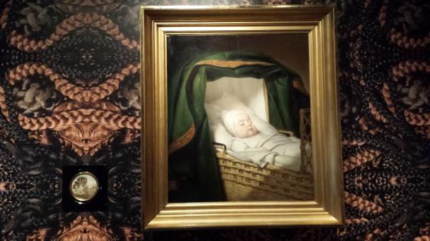 Rechts het doodsportret van Arent van IJsendijk door Jan Adam Kruseman en links het rouwmedaillon met haar van Arent en zijn moeder. Collectie Centraal Museum. Foto: Evert-Jan Pol.