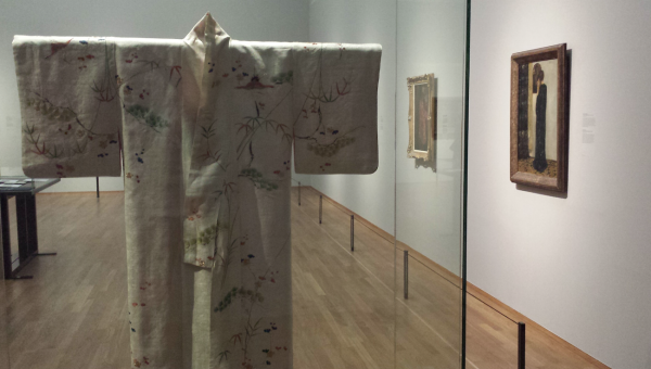Zaaloverzicht met kimono. Foto: Evert-Jan Pol.