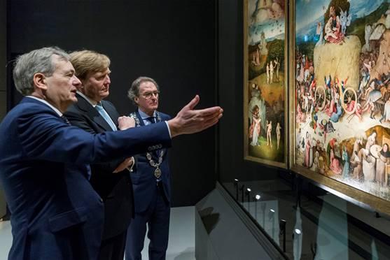 Koning Willem-Alexander bewondert het drieluik De Hooiwagen in de tentoonstelling Jheronimus Bosch – Visioenen van een genie, samen met Charles de Mooij, directeur van Het Noordbrabants Museum (rechts) en burgemeester Ton Rombouts van Den Bosch. Foto: Marc Bolsius.