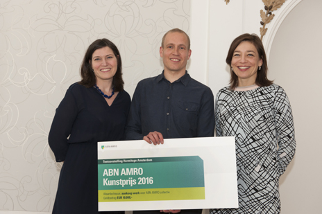 v.l.n.r. Danila Cahen (conservator ABN AMRO kunstcollectie), Marijn van Kreij en Cathelijne Broers (directeur Hermitage Amsterdam). Foto: Janiek Dam.