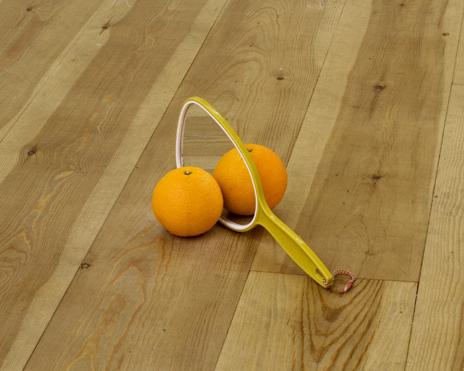 Untitled, 2008, sinaasappel, handspiegel en imitatiesinaasappel (acryl, piepschuim en papiertape), 13 x 16 x 30 cm.