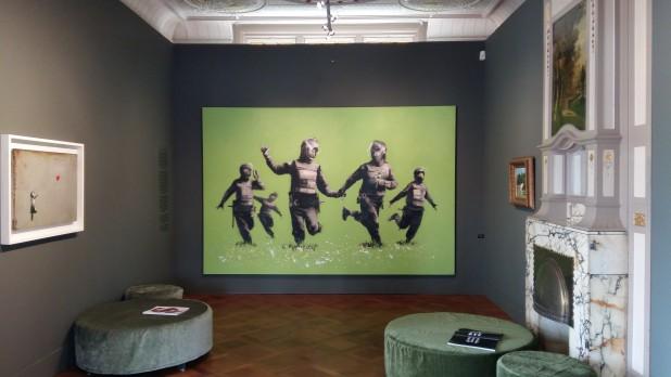 Zaal met in het midden Bean Field van Banksy.