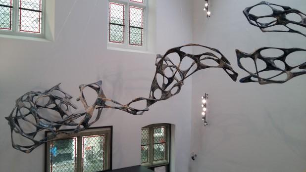Het kunstwerk van Wolfgang Flad in de ruimte boven het entreegebied.