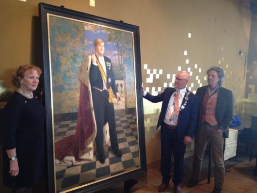 Het portret van de koning tijdens de onthulling, met rechts burgemeester Koelewijn en Kenne Grégoire. Foto: Stedelijk Museum Kampen.