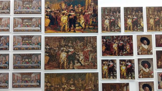 Wand met Het Laatste Avondmaal van Leonardo da Vinci (links) Rembrandts Nachtwacht (midden) en De vrolijke drinker van Frans Hals (rechts). Collectie Rob Scholte.