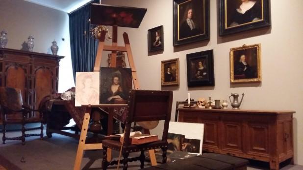 Nagebouwd zeventiende-eeuws atelier, met werk van Godefridus Schalcken. Foto: Evert-Jan Pol.