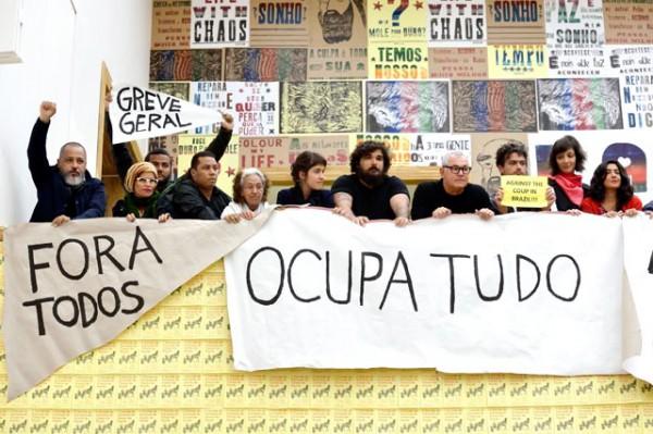 De protesterende Braziliaanse kunstenaars tijdens de opening van Soft Power. Arte Brasil. Foto: Mike Bink.