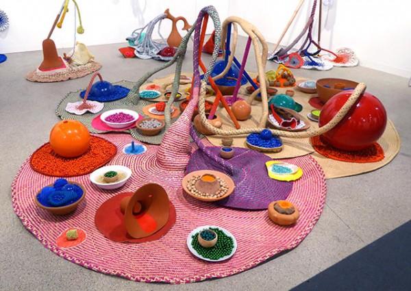 Maria Nepomuceno, 'oferenda aos deuses das cores', 2015, aardewerk, stro, kralen, klei, porselein, textiel, shell, acrylverf, glasvezel en hars., 350 x 300 x 120 cm. Courtesy: de kunstenaar.