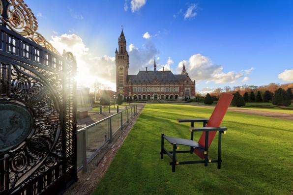 Een grote replica van een Rietveldstoel reist door Den Haag. Bijvoorbeeld naar het Vredespaleis.
