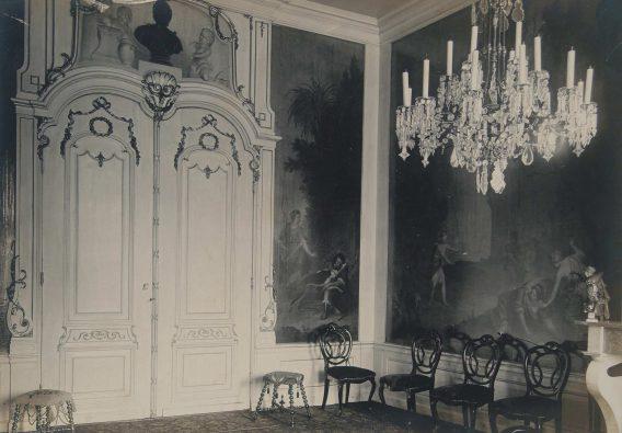 Zwart-witfoto van de kamer met behang.