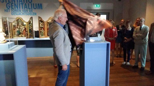 Herman Pleij onthult maria met kind, de nieuwste aanwinst van Museum Catharijneconvent.