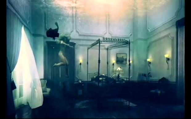 Still uit de video Intro Denial van Beyoncé, met op de achtergrond het Dordtse schilderij.