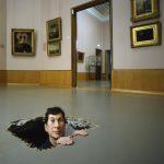 Maurizio Cattelan, Manhole, 2001, bruikleen van de kunstenaar sinds 2002.