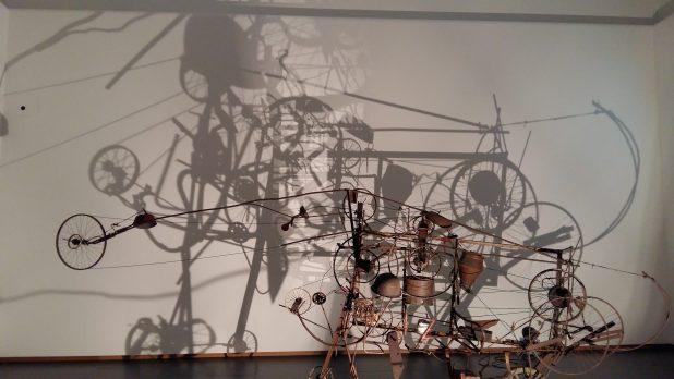 Boven: Jean Tinguely, Mengele-Totentanz (detail), 1986, Museum Tinguely Bazel. Onder: Jean Tinguely, Gismo, 1960, Stedelijk Museum, Amsterdam.