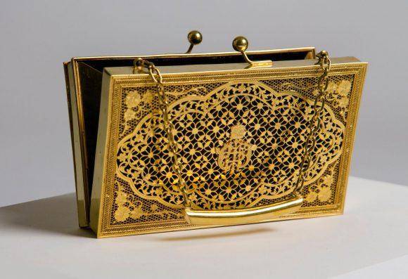 Gouden handtas van koningin Maxima, Koninklijke Verzamelingen Paleis Noordeinde, Den Haag.