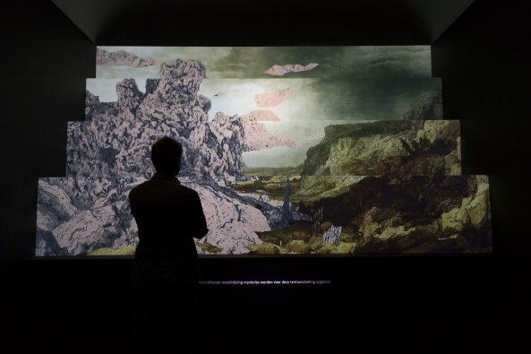 Een bezoeker bekijkt de introductievideo. Foto: Olivier Middendorp.