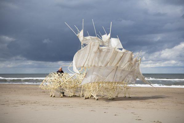 Theo Jansen bij een van zijn strandbeesten. Foto: Marco Zwinkels.