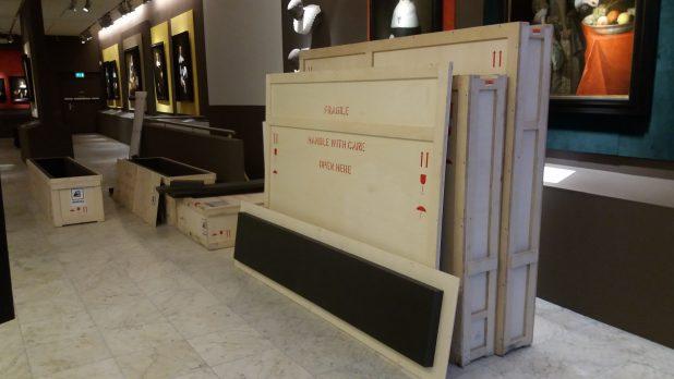 De gestolen schilderijen staan klaar voor transport naar de restaurateur. Foto: Westfries Museum.