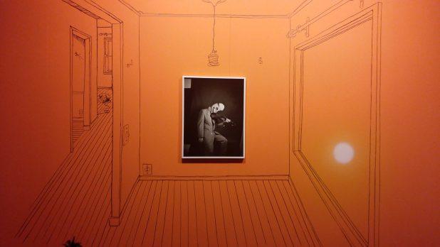 Friedrich Kunath, Untitled (Self Portrait) in getekende kamer. Foto: Evert-Jan Pol.