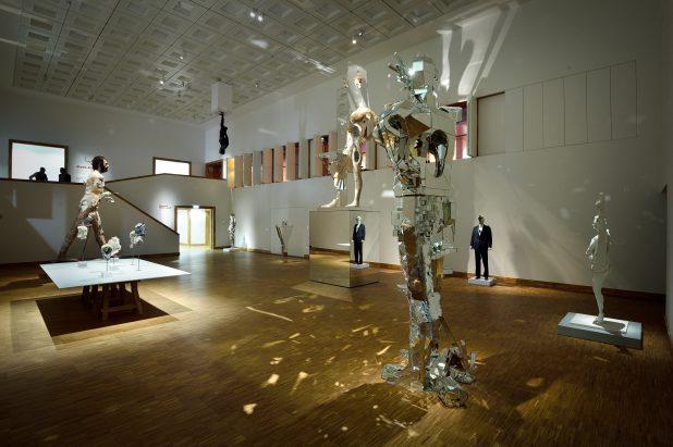 Zaaloverzicht expositie David Altmejd. Foto: Mike Bink.