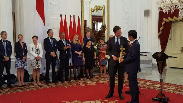 Premier Rutte overhandigt de kris aan de Indonesische president Widodo.