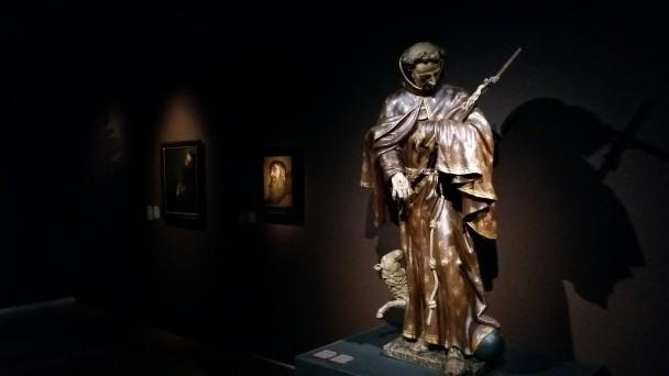 Franciscus met kruisbeeld, te zien in expositie Franciscus. Met het verhaal van Henk van Os in Museum Catharijneconvent.