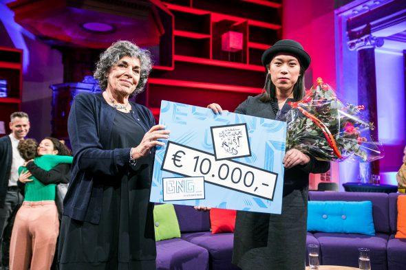Evelyn Taocheng Wang (rechts) met juryvoorzitter Hanneke Groenteman. Foto: Jiri Büller.