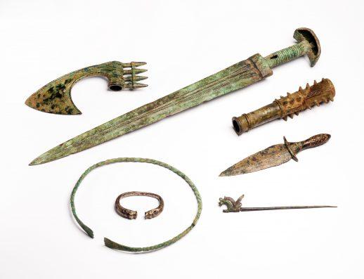 Een deel van de overgedragen wapens en sieraden. Foto: Rijksmuseum van Oudheden.