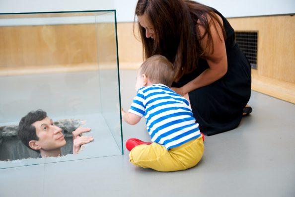 Brigitte Timmermans en haar peuter bij het mannetje in Museum Boijmans Van Beuningen. Foto: Rob van Dalen.