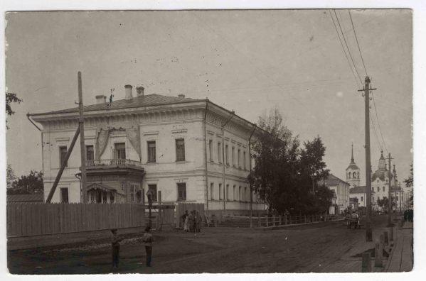 Het huis in Tobolsk waar het gezin Romanov werd vastgehouden, z.j. Foto op postpapier. Fotograaf onbekend © GARF, State Archive of the Russian Federation.